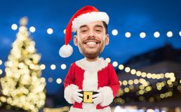 Mann in Weihnachtsmann-Kostüm über Weihnachtslichtern Stockfotografie