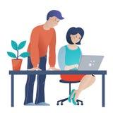 Mann, welche Arbeit der jungen Frau über Computer im Büro hilft lizenzfreie abbildung