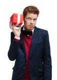 Mann wendet sein Ohr am Geschenk an Lizenzfreies Stockfoto