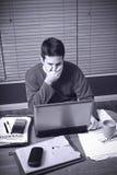 Mann wird durch seine Geldprobleme entsetzt Lizenzfreies Stockfoto