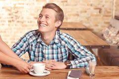 Mann wird im Café gedient Stockfoto