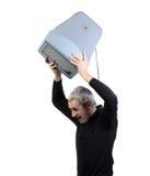 Mann wirft alten Fernsehapparat Lizenzfreies Stockbild