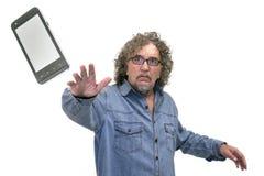 Mann wirft einen Handy Lizenzfreie Stockbilder
