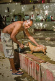 Mann wäscht seinen Hund an einem lokalen Park in Havana Lizenzfreies Stockbild