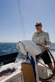 Mann am Yacht Helm Lizenzfreies Stockfoto