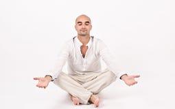 Mann in Yogaposition. Stockfotografie