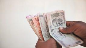 Mann zählt Geld der indischen Rupie nach stock video footage