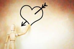 Mann zeichnet das Herz mit einem Pfeil Stockbilder