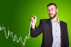 Mann zeichnet ein Diagramm Lizenzfreies Stockfoto
