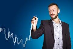 Mann zeichnet ein Diagramm Lizenzfreie Stockfotografie