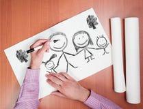 Mann zeichnet Familie Stockfoto