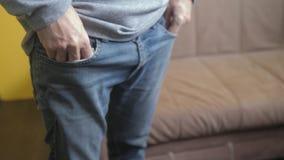 Mann zeigt Drehungen leere Taschen, kein Geld zugrunde zu richten Armut Finanzgeschäfts-Konkurskonzept ein Mannlebensstil in alte stock footage