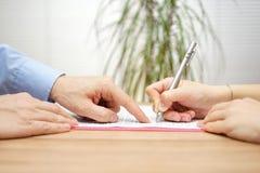 Mann zeigt einen Platz, in dem sie die Vereinbarung unterzeichnen sollte Lizenzfreies Stockbild