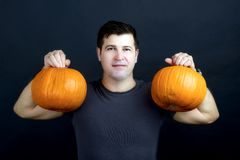 Mann zeigt Halloween-Kürbise Stockbilder