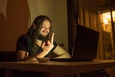 Mann zeigt jemand den Finger im Internet Stockbild
