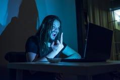 Mann zeigt jemand den Finger im Internet Lizenzfreie Stockbilder