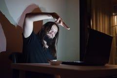 Mann zeigt jemand eine Gewehrgeste im Internet Stockfoto