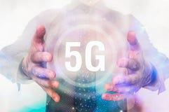 Mann zeigt Symbol der Schnittstelle 5G zwischen seinen Händen Lizenzfreie Stockfotografie