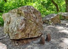 Mann zerquetscht unter Felsen stockfoto