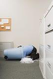 Mann in zerrissenem Papierbehälter Stockfoto