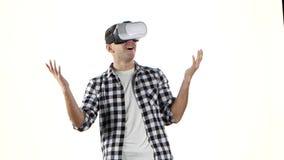 Mann zuerst sieht und setzt an die Gläser der virtuellen Realität stock video