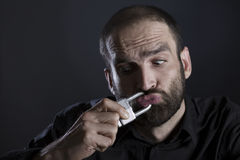 Mann zum Schweigen gebracht mit verschlossenem Mund durch ein Vorhängeschloß Lizenzfreies Stockbild
