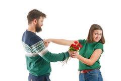 Mann zurückgewiesen von einer jungen Frau am Valentinstag lizenzfreies stockbild