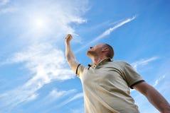 Mann zur Sonne Lizenzfreies Stockfoto