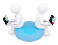 Mann zwei weißer 3d, der an den Laptops sitzt Stockfotografie