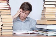 Mann zwischen Büchern Stockbild