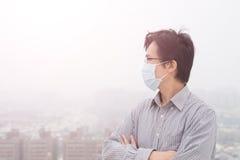 Mannabnutzungsmasken schauen irgendwo Lizenzfreie Stockbilder