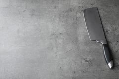 Mannaia e spazio taglienti per testo su fondo grigio immagini stock libere da diritti