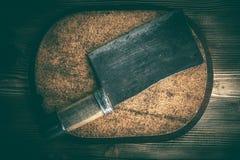 Mannaie d'annata della carne da macello sul bordo del sughero fotografia stock libera da diritti