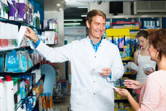 Mannapotheker im pharmazeutischen Shop Lizenzfreies Stockfoto