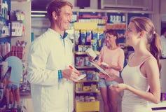 Mannapotheker im pharmazeutischen Shop Stockfotos
