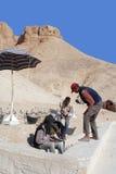 Mannarbeit für Aushöhlung von Gräbern Lizenzfreies Stockfoto