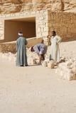 Mannarbeit für Aushöhlung von Gräbern Lizenzfreie Stockbilder