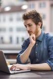 Mannarbeiten im Freien mit einem Laptop Lizenzfreies Stockfoto