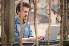 Mannarbeiten im Freien mit einem Laptop Stockbilder