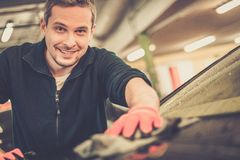 Mannarbeitskraft auf einer Waschanlage Stockfotografie