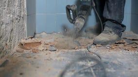 Mannarbeitskraft bohrt den Boden stock video