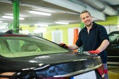 Mannarbeitskraft, die Luxusauto wäscht Lizenzfreies Stockfoto