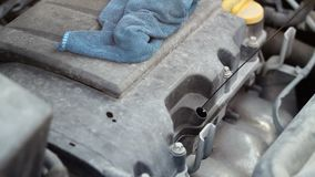 Mannarbeitskraft mit Handschuh Automotormotoröl überprüfend Automotorsteuerreparatur stock footage