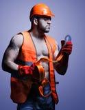 Mannarbeitskraft mit orange Sturzhelm Lizenzfreie Stockbilder