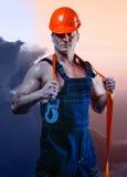 Mannarbeitskraft mit orange Sturzhelm Stockfoto
