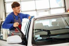 Mannarbeitskraft-Polierauto auf einer Waschanlage Lizenzfreies Stockbild