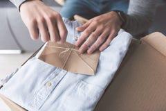 Mannarme, die Buchstaben auf Kleidung lösen lizenzfreies stockfoto