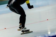 Mannathleten-Geschwindigkeitsschlittschuhläufer stockfotografie
