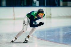Mannathleten-Schlittschuhläuferaufwärmen vor Anfang Rollen auf Eis Stockfoto
