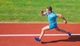 Mannathletenlauf, zum des gro?en Ergebnisses zu erzielen Wie Lauf schneller Geschwindigkeitstrainingsf?hrer Listenweisen, Fahrges lizenzfreie stockbilder